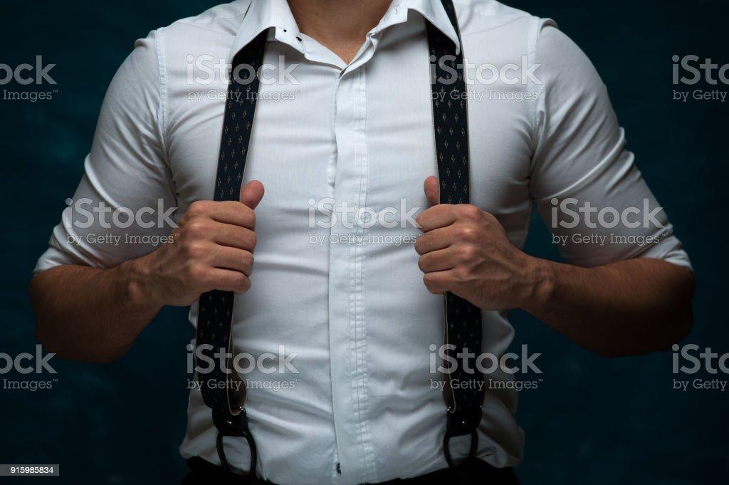 Confiant jeune homme posant sur fond foncé - Photo