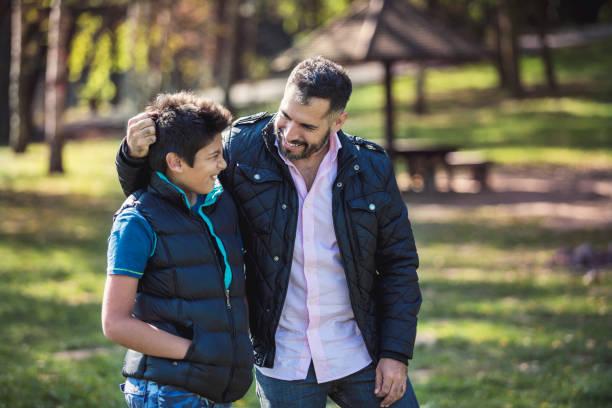 conversations confidentielles - parents photos et images de collection