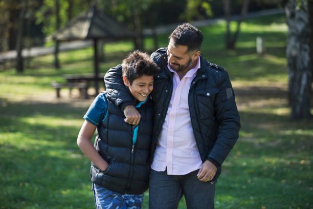 konfidentiella samtal - förälder bildbanksfoton och bilder