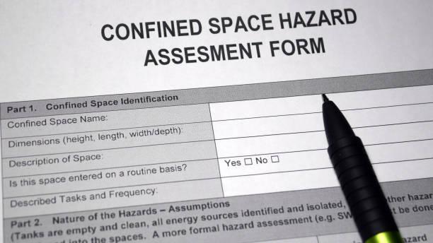 beperkt ruimte hazard assesment formulier - kruipruimte stockfoto's en -beelden