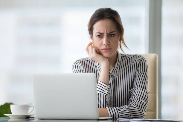 노트북 보고 온라인 문제에 의해 괴 롭 혀 혼란된 사업가 - 악한 뉴스 사진 이미지