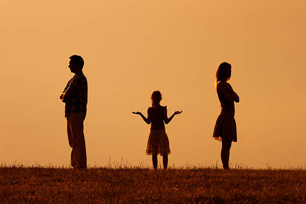 confused daughter standing in the middle of her angry parents - fails zum thema eltern stock-fotos und bilder