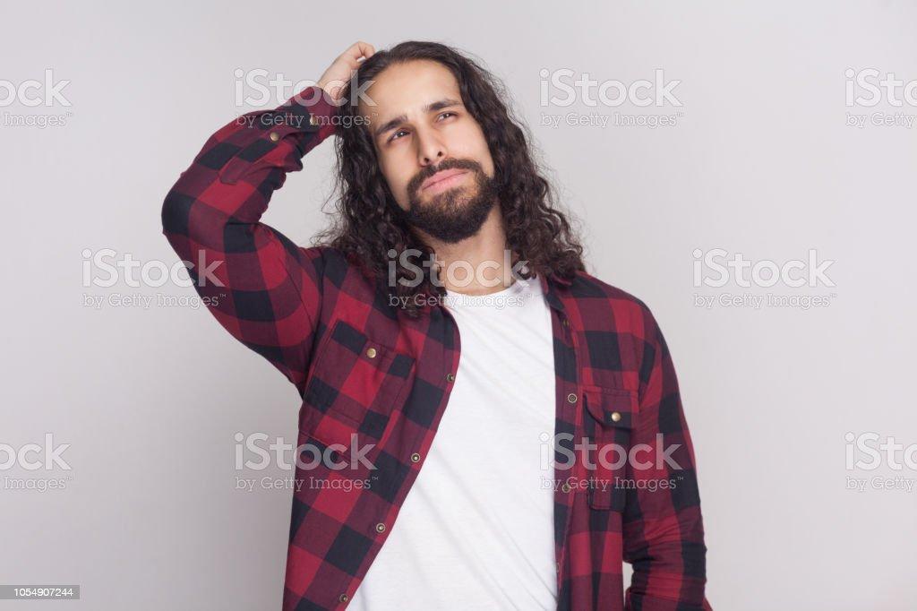 0b3fc07bd confundir el guapo con barba y pelo negro largo y rizado en casual camisa  roja a