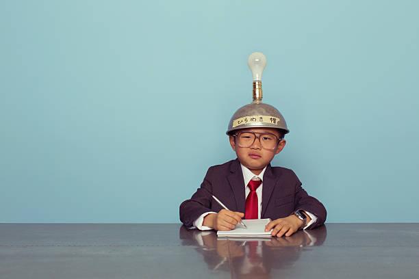 verwirrt japanischen business-junge trägt denken kappe - fragen für jungs stock-fotos und bilder