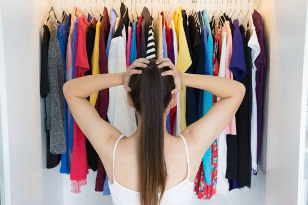 verwirrt frau wahl was sie vor ihrem kleiderschrank anziehen - kleiderschrank ohne türen stock-fotos und bilder