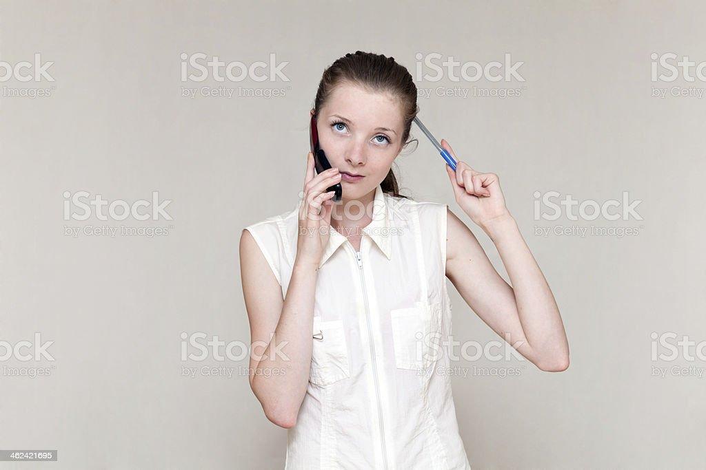 Verwirrt Frau reden auf Handy – Foto