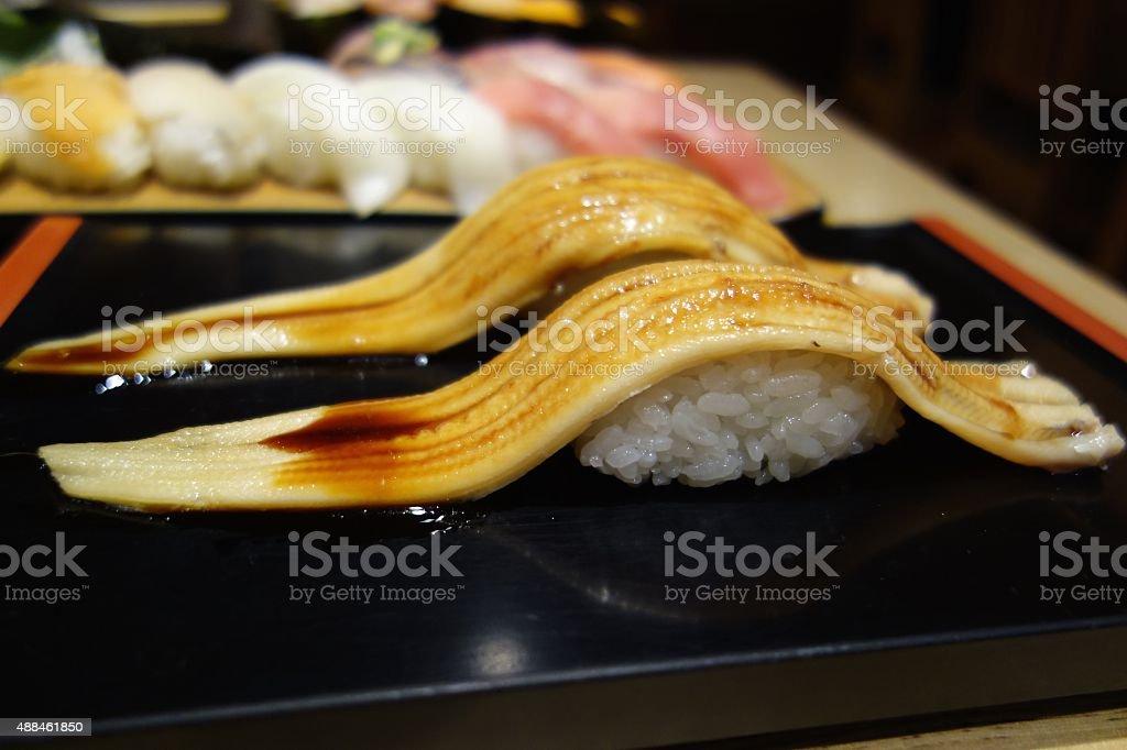 Congrio de sushi enrollados a mano - foto de stock