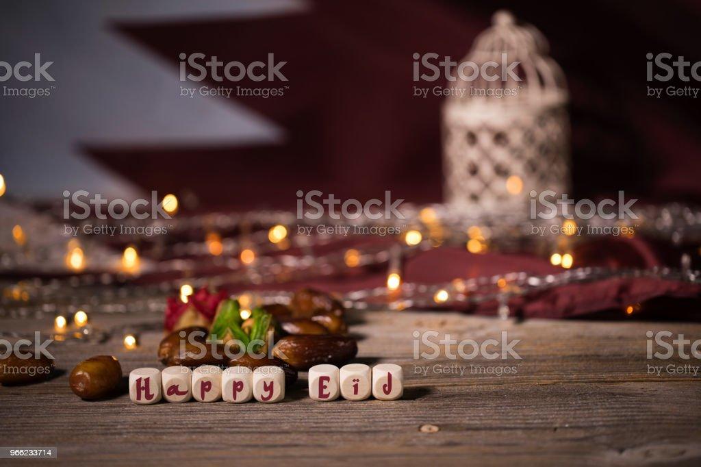 Felicitación feliz EID compuesto por cubos de madera. - foto de stock