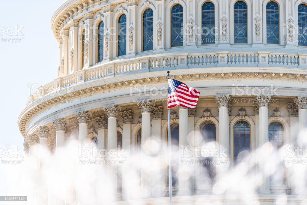 E.U. Congresso cúpula closeup com o fundo da água da fonte americana, espirrando bandeira acenando em Washington DC, EUA closeup na Capital capitol hill, colunas, pilares, ninguém - foto de acervo