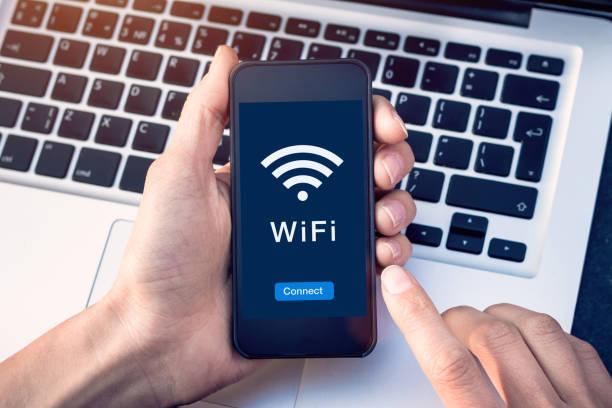 モバイルデバイスの画面上のボタンで、コーヒーショップやホテルでスマートフォンで wifi ワイヤレスインターネットネットワークに接続し、無料の公共ホットスポット電子メールやウェブ� - wifi ストックフォトと画像