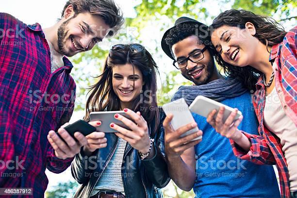 Photo libre de droit de Contact Avec Le Monde banque d'images et plus d'images libres de droit de 20-24 ans
