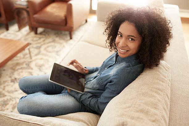 angeschlossen an das world von den komfort von meinem sofa - tablet mit displayinhalt stock-fotos und bilder
