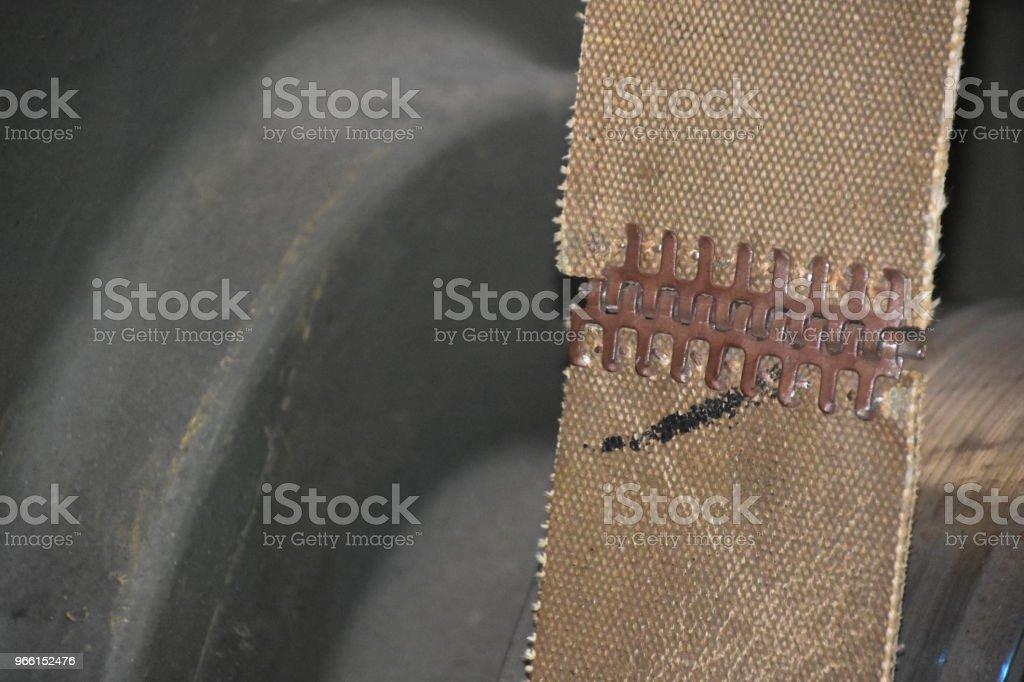 Ansluta en remsa i en gammal fabrik - Royaltyfri Arbetsverktyg Bildbanksbilder
