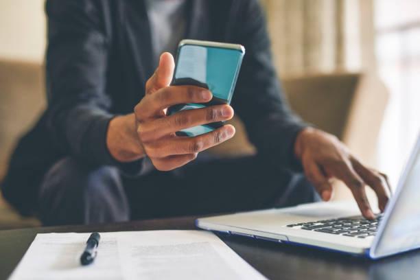 connettersi comodamente da casa sua - dispositivo informatico portatile foto e immagini stock