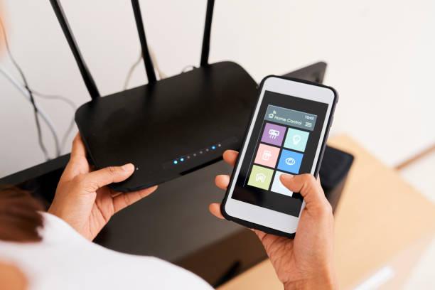 connexion d'un système de maison connectée en ligne avec un routeur wi-fi - communication sans fil photos et images de collection