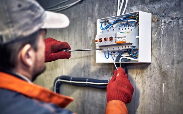 aansluiting van het stroomtoevoer systeem van elektriciteit - elektricien stockfoto's en -beelden