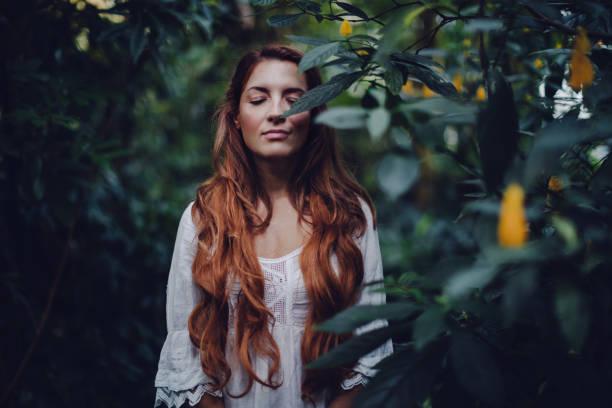 connessione con la natura - woman portrait forest foto e immagini stock