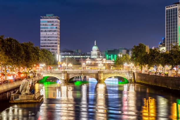 O'Connell Bridge in Dublin, Irland bei Nacht – Foto