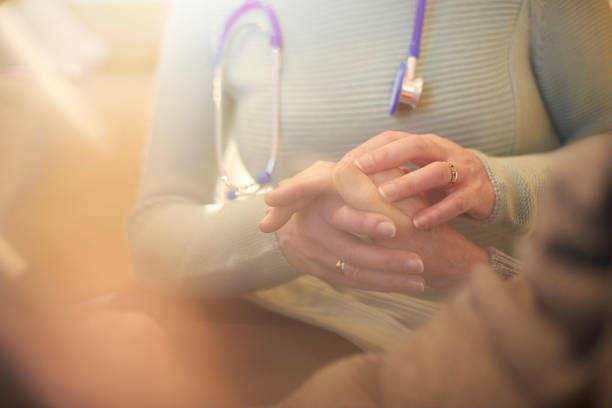 g.p tröstende patienten - hospiz stock-fotos und bilder