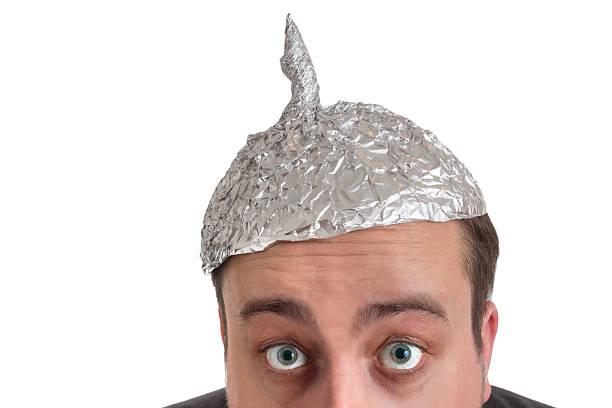 la conspiración horrores con lámina de aluminio de - conspiración fotografías e imágenes de stock