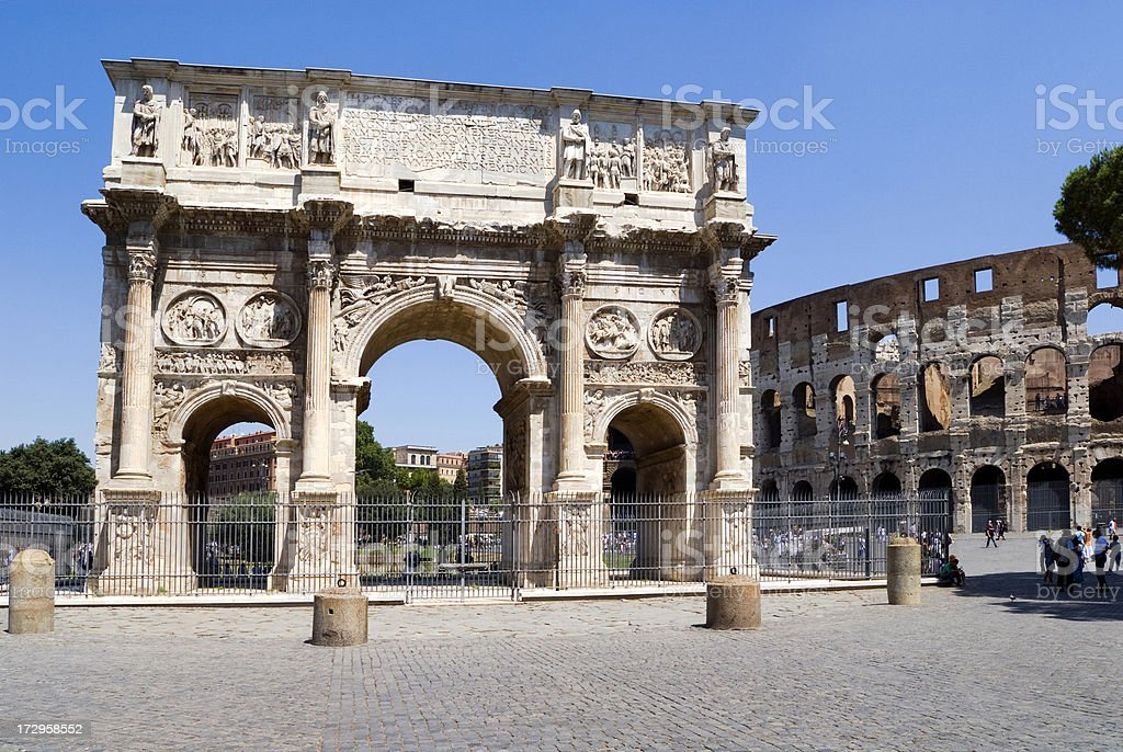 Arco de Constantino e colasseum. - foto de acervo