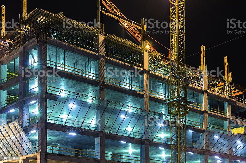 Bauarbeiten in der Nacht in Lichter gegen dunkle Himmel – Foto