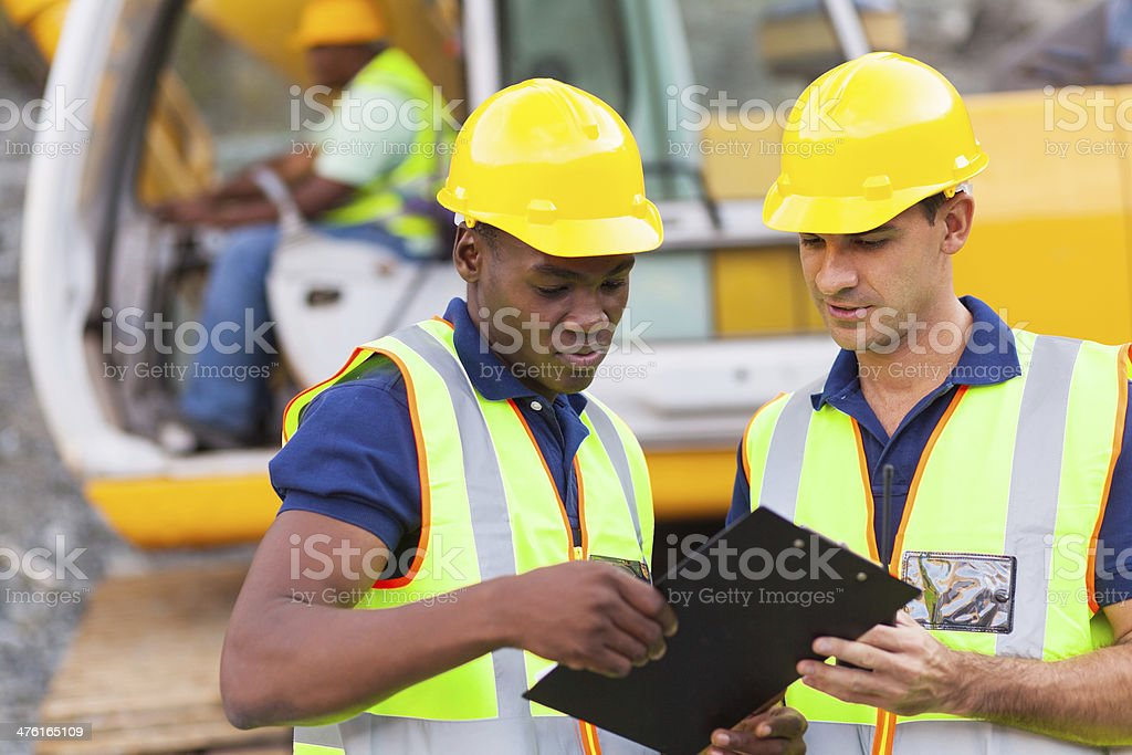 construction co-workers discussing about work plan foto
