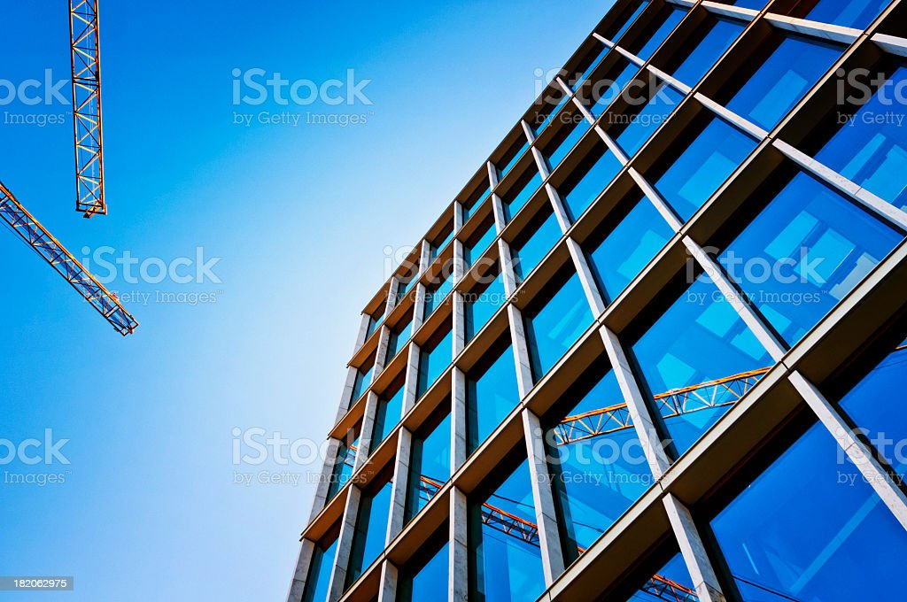 Bauarbeiten im blue Fenster cranes spiegelt – Foto