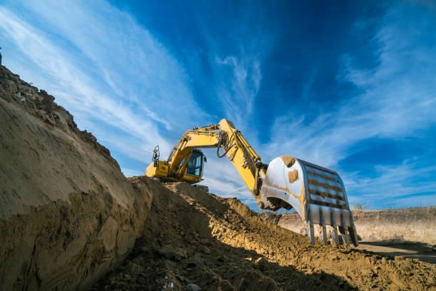 konstruktion - digger på byggarbetsplats - excavator bildbanksfoton och bilder