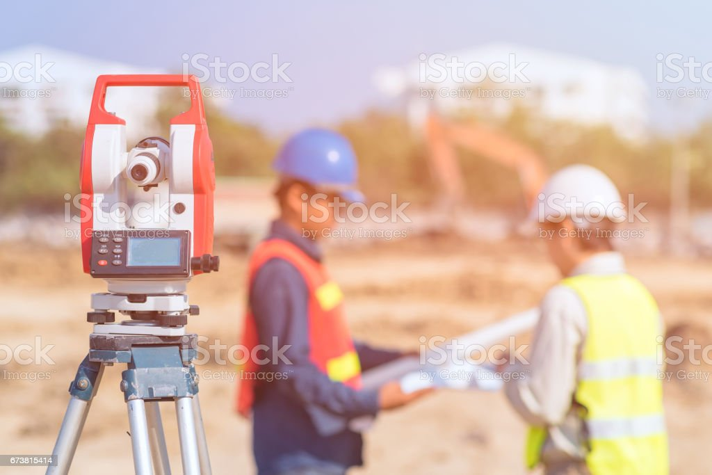 Construction engineer and foreman worker check fabrication drawing photo libre de droits