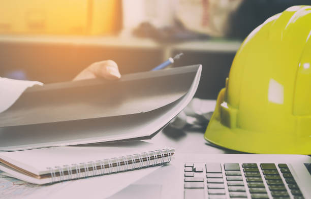byggnadsingenjör kontorsarbetsdisk - arbetssäkerhet bildbanksfoton och bilder