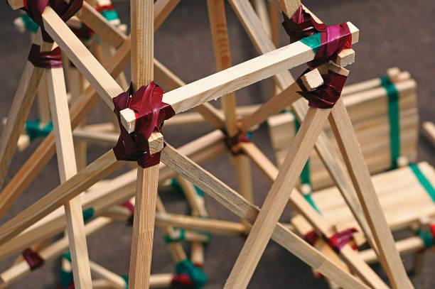konstruktion aus holzlatten verbunden durch klebeband - architektur-konzept - spielplatz design stock-fotos und bilder