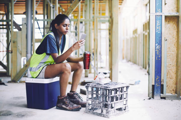 bygg industri arbetare textning under lunchrast. - lunchrast bildbanksfoton och bilder