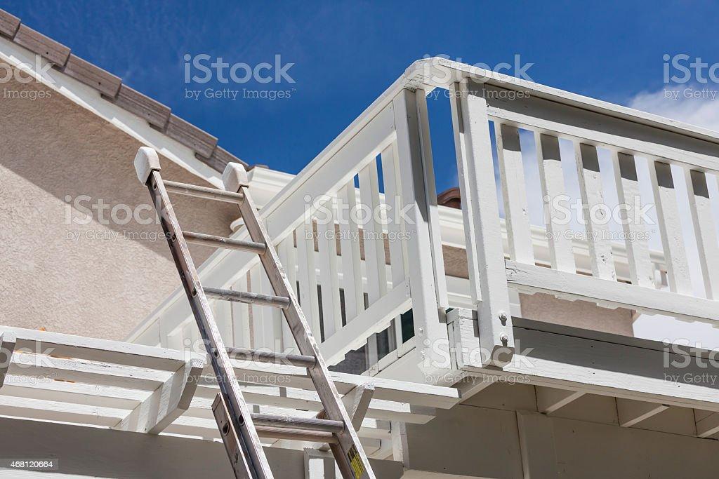 Construcción Ladder Apoyarsen La Terraza De La Casa Blanca