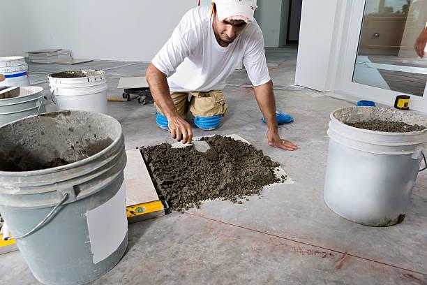 konstruktion: bauchlage die porzellanfliesen etage - keramik fliesen handwerk stock-fotos und bilder