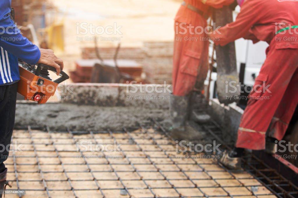 Concreto de boom de construcción hombres trabajador control - foto de stock