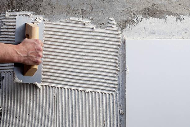 konstruktion fallendes kelle-handwerk und garten mit weißer beton - verputz stock-fotos und bilder