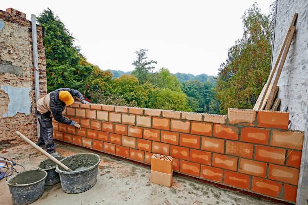 Bau einer Wand für einen neuen Raum mit Arbeitsreinigung – Foto