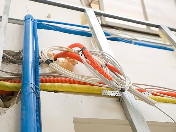 bau elektrischen instalations - kabelkanal weiß stock-fotos und bilder