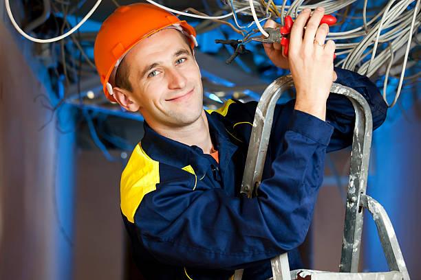construcción reparador en stepladder - electricista fotografías e imágenes de stock