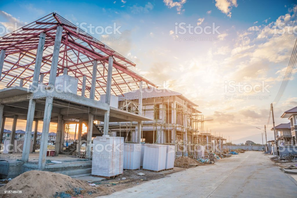 construction residential new house in progress at building site - foto stock
