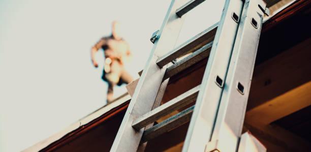 bouw dakdekker - ladder stockfoto's en -beelden