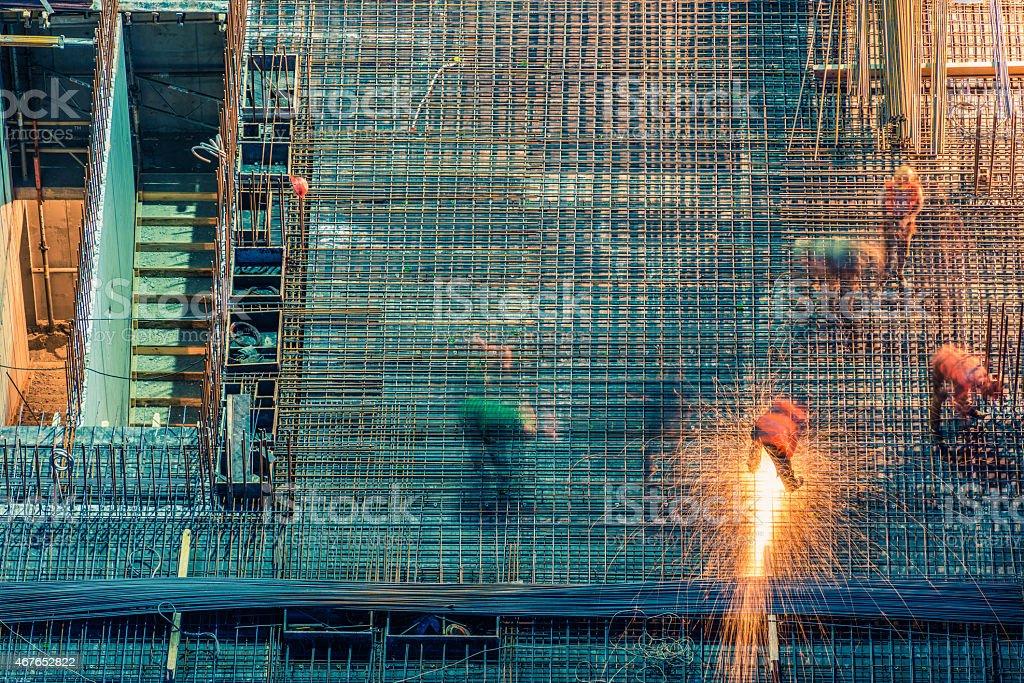 Baustelle in der Nacht mit Schweißen Arbeitnehmer – Foto