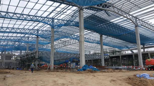 baustelle. betonbau unter schränken bereich. strukturelle industriekrane in der nähe von gebäude. mega-montage-bereich - betonwerkstein stock-fotos und bilder