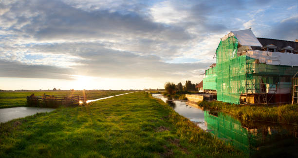 Bouwplaats in Nederlands polderlandschap foto