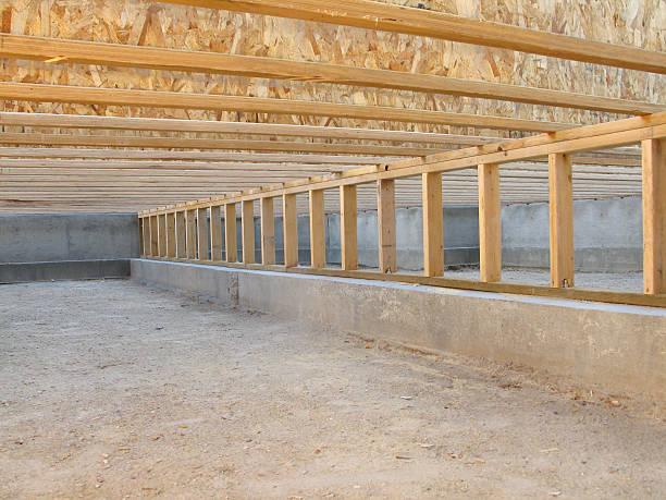 construction site: neat clean crawlspace, floor joists, and pony wall - kruipruimte stockfoto's en -beelden