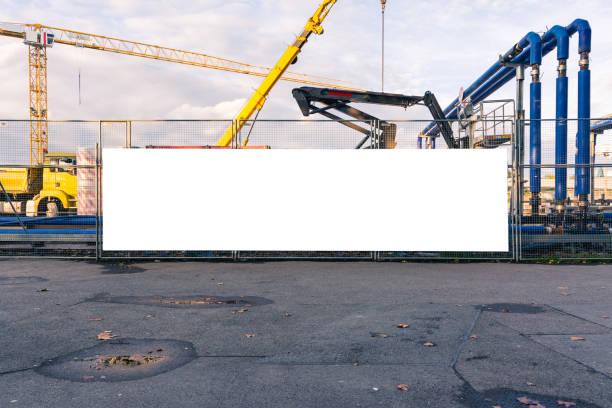 Baustelle im Gange Blank Banner Tor geschlossenen weißen isoliert Billboard Ausstattungsmerkmal – Foto