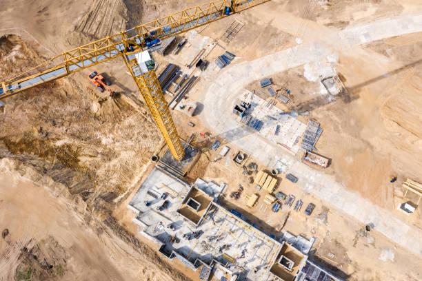 baustelle mit kran und wohnhaus im bau - aerial overview soil stock-fotos und bilder