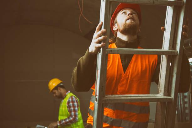 bouwplaats met ladder - ladder stockfoto's en -beelden