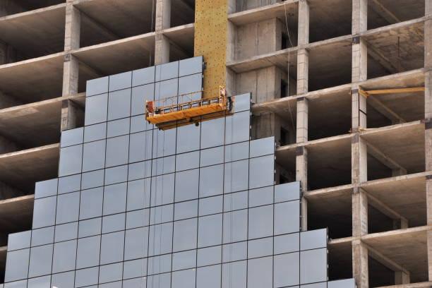 bouwplaats met spiegel tegels - schommelen bungelen stockfoto's en -beelden